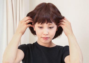 耳芯(両耳の硬いワイヤー部分)を顔のラインに沿わせます