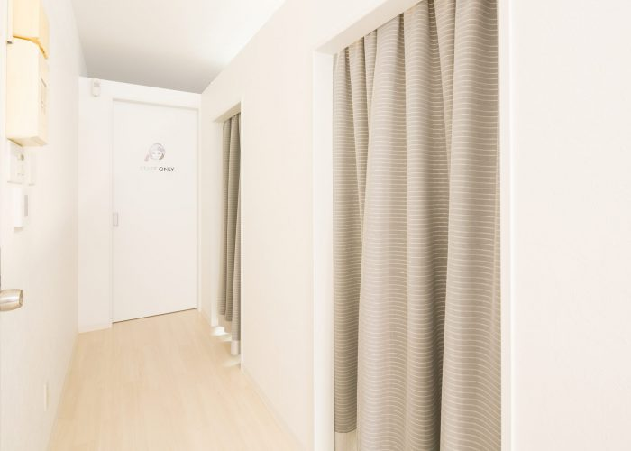 個室はカーテンで区切られています|charm福岡サロン